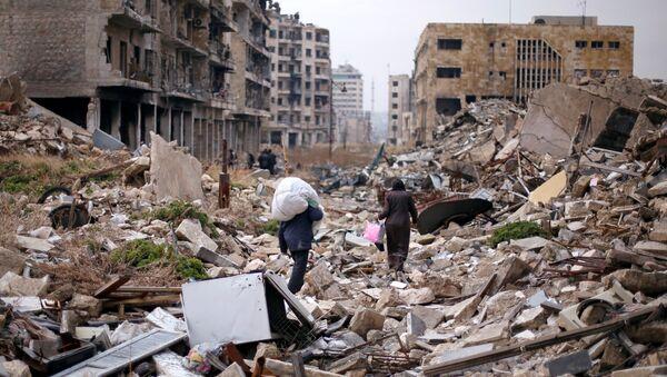 Halep'te insanlar yıkıntılar arasında evlerinden aldıkları eşyalar ile yürüyor - Sputnik Türkiye