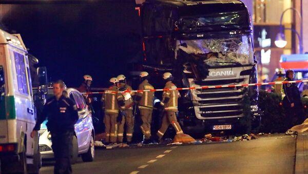 Berlin'de Noel pazarına dalan kamyonun bulunduğu bölgede inceleme yapan itfaiye ve polis ekipleri - Sputnik Türkiye