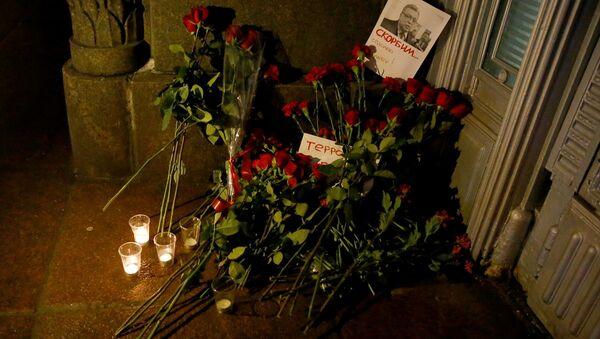 Çiçekler üzerine fotoğrafı iliştirilen Karlov, 'Yasını Tutuyoruz' sözleriyle anıldı. - Sputnik Türkiye