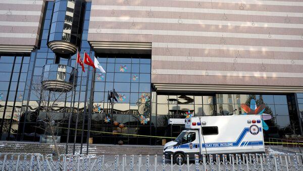 Karlov suikastının ertesi gününde Ankara'daki Çağdaş Sanat Galerisi'nin önünde bekleyen adli tıp araçları - Sputnik Türkiye