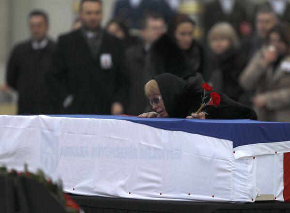 Büyükelçi Karlov'un eşi Marina Karlov, eşinin tabutunu gözyaşları içinde öptü. - Sputnik Türkiye