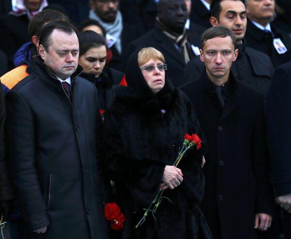 Büyükelçi Andrey Karlov'un eşi Marina Karlov ile oğlu da törende yapılan duygu dolu konuşmaları gözyaşları içinde dinledi. - Sputnik Türkiye