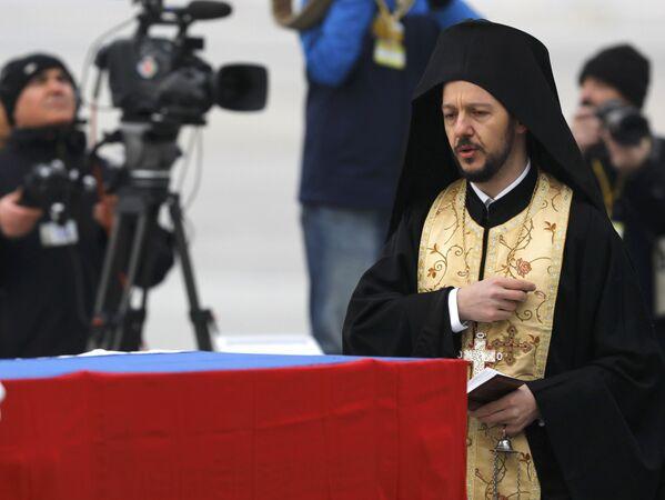 Yapılan konuşmaların ardından bir Ortodoks rahibi de Karlov için ilahiler eşliğinde dua etti. - Sputnik Türkiye
