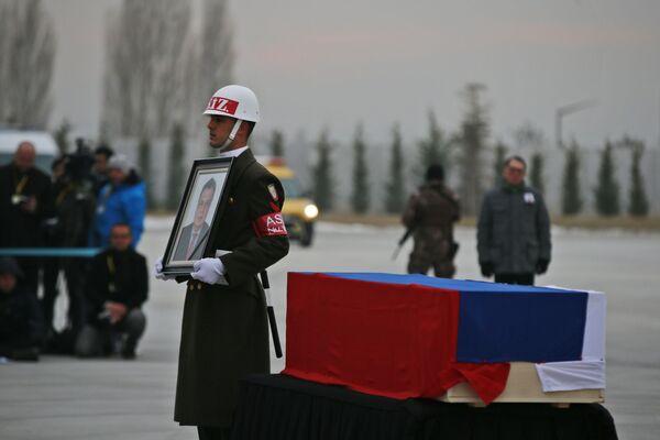Bir merasim kıtası askeri, tören boyunca Karlov'un fotoğrafını taşıdı. - Sputnik Türkiye