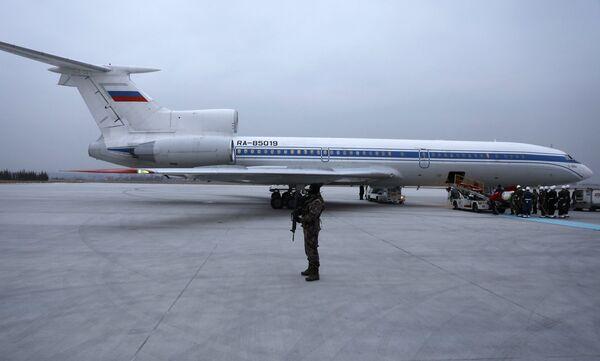 Büyükelçinin Rus bayraşına sarılı naaşı merasim müziği eşliğinde Moskova'ya gidecek olan uçağa taşındı. - Sputnik Türkiye