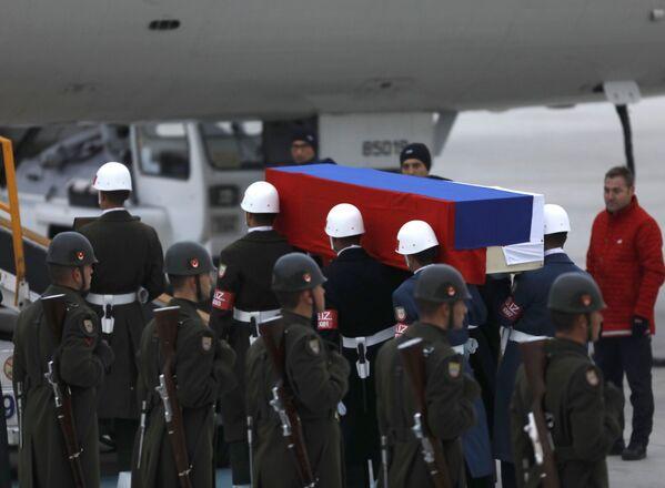 Karlov'un naaşı getirildiği gibi aynı şekilde merasim kıtası askerlerinin omzunda Moskova uçağına taşındı. - Sputnik Türkiye