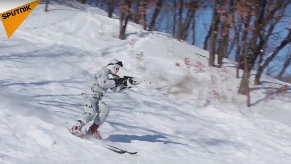 Rus askerler, Elbruz Dağı'nın eteklerinde kayak yeteneklerini sergiledi - Sputnik Türkiye