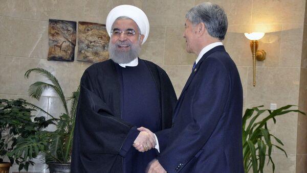 Resmi ziyaret için Bişkek'te bulunan İran Cumhurbaşkanı Hasan Ruhani, Kırgızistan Cumhurbaşkanı Almazbek Atambayev tarafından Cumhurbaşkanlığı Kongre Salonu'nda karşılandı. - Sputnik Türkiye