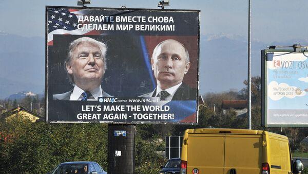 Rusya Devlet Başkanı Vladimir Putin ve ABD'nin 45. Başkanı Donald Trump'ın fotoğraflarının yer aldığı bir reklam panosu - Sputnik Türkiye
