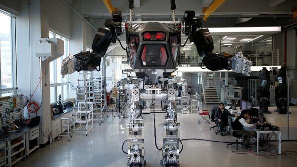 Doğal afetlerde kurtarma çalışmalarında kullanılması için Güney Kore'de geliştirilen 'METHOD-2' isimli insanlı robot - Sputnik Türkiye