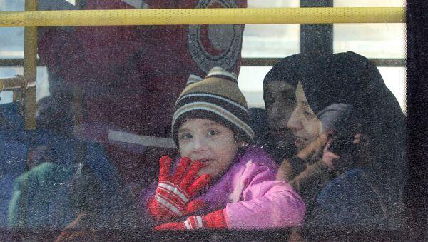 Doğu Halep'ten tahliye edilen Suriyeli bir çocuk - Sputnik Türkiye