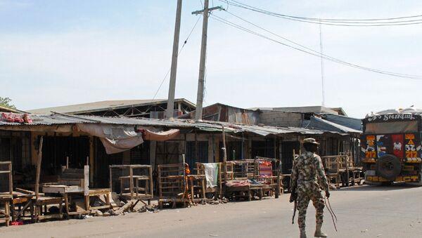 Maiduguri kentinde devriye gezen bir Nijerya askeri - Sputnik Türkiye