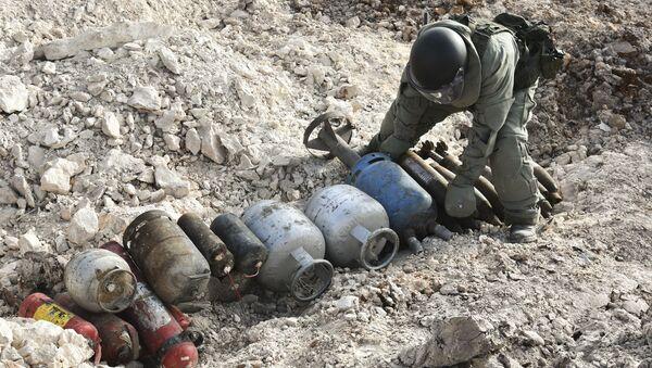 Rus mühendislerin Halep'te  yürüttüğü mayın temizleme çalışmaları - Sputnik Türkiye