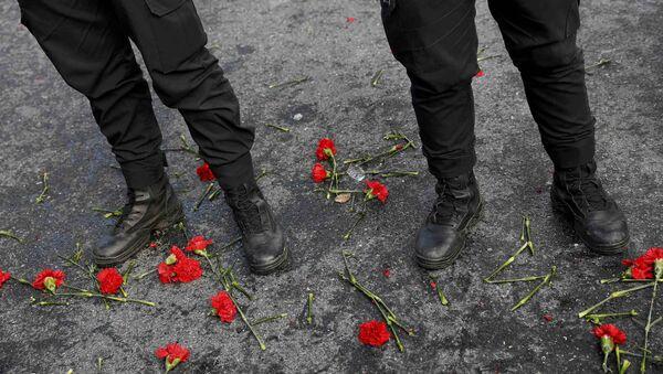 Silahlı saldırının hedefi olan Reina'nın önüne karanfiller bırakıldı. - Sputnik Türkiye