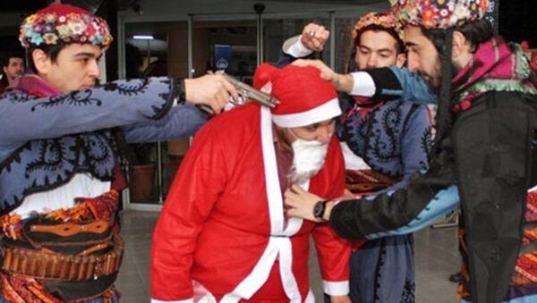 Noel Baba'nın başına silah dayadılar - Sputnik Türkiye