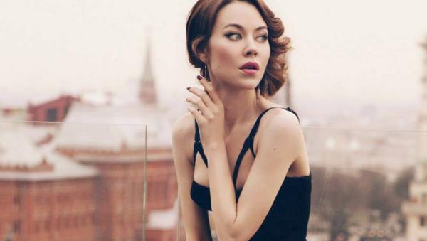 Moda dünyasının 'görmezden gelmenin mümkün olmayan ismi' Rus tasarımcı Ulyana Sergeyenko, kendi markasını yarattığı 2011'den bu yana çok sayıda ünlünün 'gardırobuna girdi.' - Sputnik Türkiye