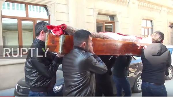 Reina'da yılbaşı gecesi düzenlenen terör saldırısında hayatını kaybeden 28 yaşındaki Rus vatandaşı Nurana Gasanova, son ikamet yeri Azerbaycan'ın başkenti Bakü'de dün toprağa verildi. - Sputnik Türkiye