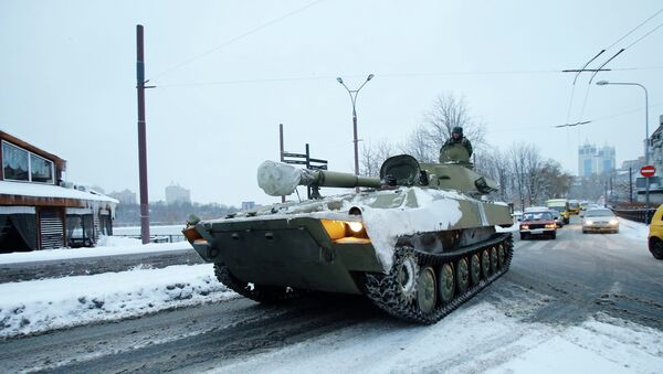 An unmarked 122-mm self-propelled howitzer are seen in downtown of Donetsk in the territory controlled by the self-proclaimed Donetsk People's Republic, eastern Ukraine, December 1, 2014 - Sputnik Türkiye