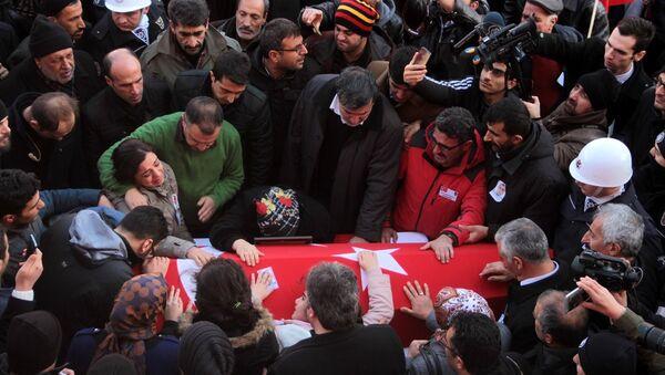 İzmir'deki Saldırıda ölen polis Fethi Sekin'in cenazesine binlerce kişi katıldı - Sputnik Türkiye