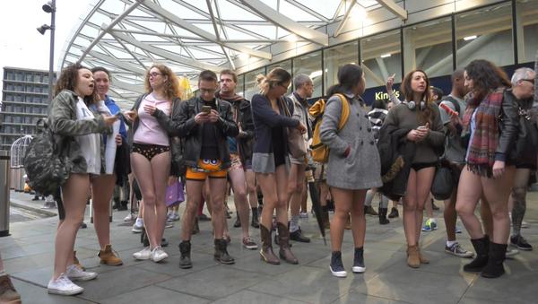 Londra metrosunda 'pantolonsuz' eylem düzenlendi. - Sputnik Türkiye