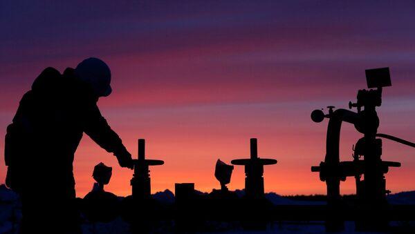 Rusya'da devlete ait petrol şirketi Bashneft'e ait tesiste çalışan bir işçi - Sputnik Türkiye