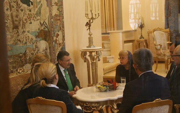 Ankara Büyükşehir Belediye Başkanı Melih Gökçek ve eşi Nevin Gökçek, Karlov'un eşi Marina Karlova'yı Rusya'nın Ankara Büyükelçiliği'nde ziyaret etti. - Sputnik Türkiye