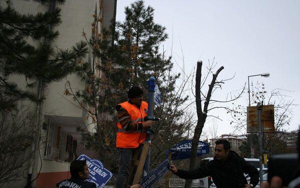 Büyükşehir Belediyesi ekipleri, 'Karyağdı Sokağı' tabelalarını sökerek 'Andrey Karlov Sokağı' tabelalarını astı. - Sputnik Türkiye