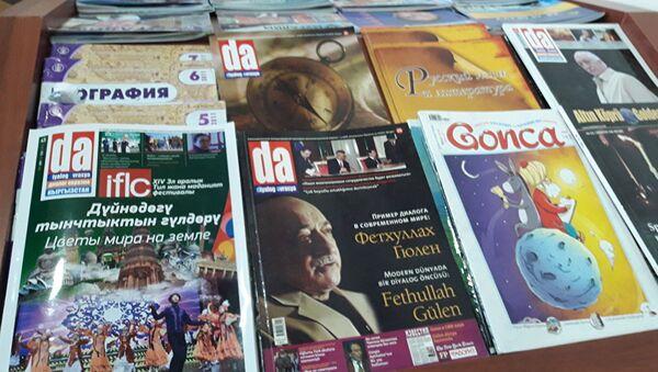 """Rus gazeteci-yazar Glep Prostakov, Kırgızistan'daki Fetüllah Gülen'e ait olduğu iddia edilen Sebat okulunun kütüphanesindeki dergilerin üzerinde Gülen fotoğraflarına dikkat çekerek, """"Bana daha önce okul yönetimi öğrencilerin Gülen'i tanımadıklarını söylemişti"""" dedi. - Sputnik Türkiye"""