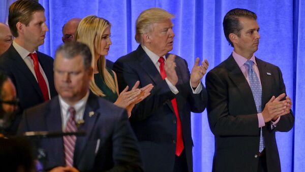 Donald Trump, çocukları Eric, Ivanka ve Donald Jr. ile birlikte - Sputnik Türkiye