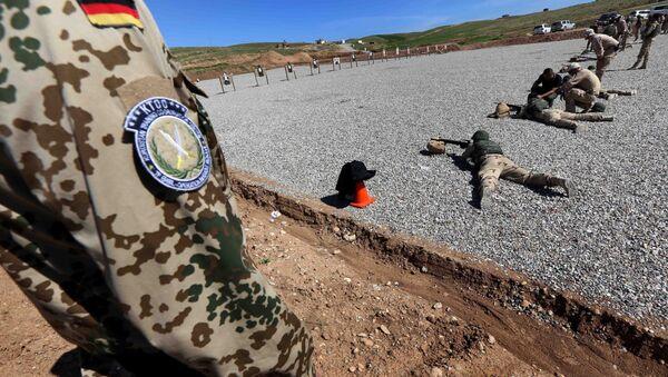 Erbil yakınlarında Peşmergeye eğitim veren bir Alman askeri - Sputnik Türkiye