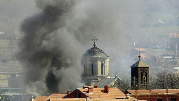 Kosova'da Arnavut aşırılıkçıların saldırısına uğrayan bir Sırp Ortodoks kilisesi - Sputnik Türkiye