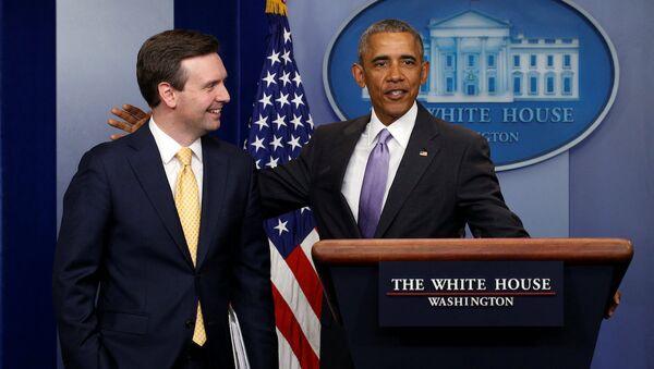 ABD Başkanı Barack Obama ve Beyaz Saray Sözcüsü Josh Earnest - Sputnik Türkiye