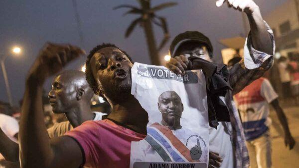 Gambiya'da seçilmiş balkan Adama Barrow'un destekçileri sokakta - Sputnik Türkiye
