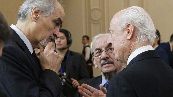 BM Suriye Özel Temsilcisi Staffan de Mistura ve Suriye'nin BM Büyükelçisi Beşar el Caferi - Sputnik Türkiye