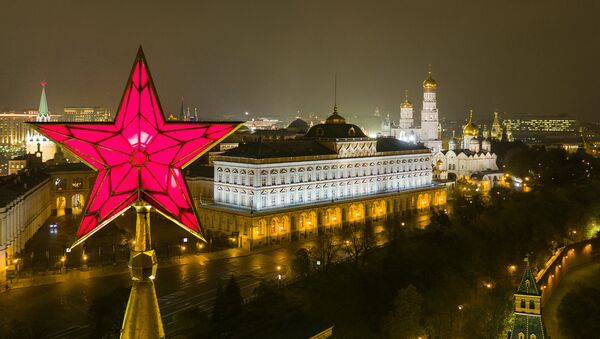 The star atop the Vodovzvodnaya Tower of the Moscow Kremlin. Right: the Grand Kremlin Palace, and the Church of St. John Climacus the Ivan the Great Bell Tower - Sputnik Türkiye