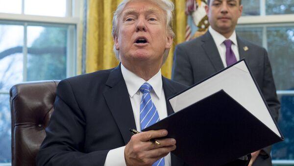 ABD Başkanı Donald Trump kararname imzalıyor - Sputnik Türkiye