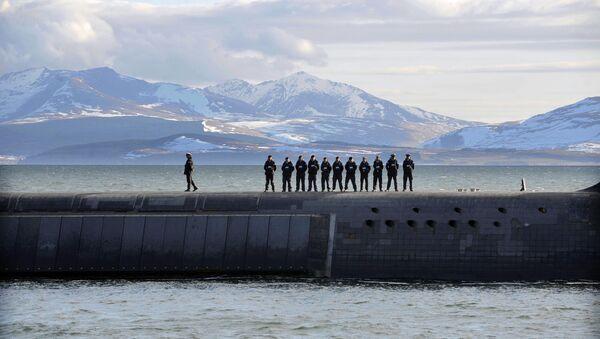 Trident Nükleer Denizaltı'nın üzerinde duran İngiliz Donanması askerleri - Sputnik Türkiye