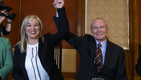 Michelle O'Neill (solda) ve Martin McGuinness - Sputnik Türkiye