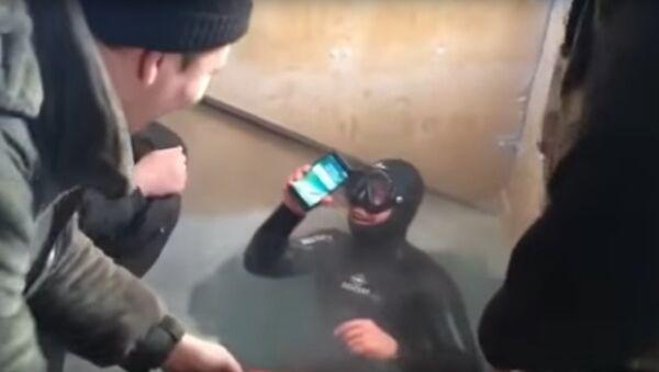 Rusya'da dalgıç çalışır durumdaki iPhone 7'yi 13 saat sonra gölden çıkardı - Sputnik Türkiye