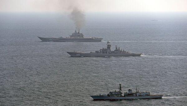 HMS St Albans'ın eşlik ettiği Pyotr Velikiy and Amiral Kuznetsov savaş gemileri - Sputnik Türkiye