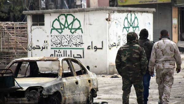 Suriye askerlerinin geri aldığı Halep'teki bir binanın duvarında yer alan Ahrar'uş Şam amblemi - Sputnik Türkiye