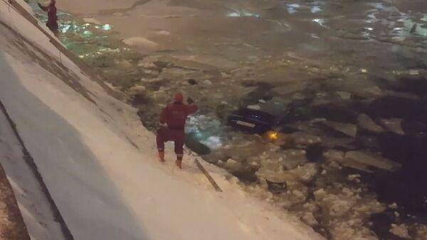 Rus polis, genç kadını kurtarmak için buz tutan göle atladı - Sputnik Türkiye