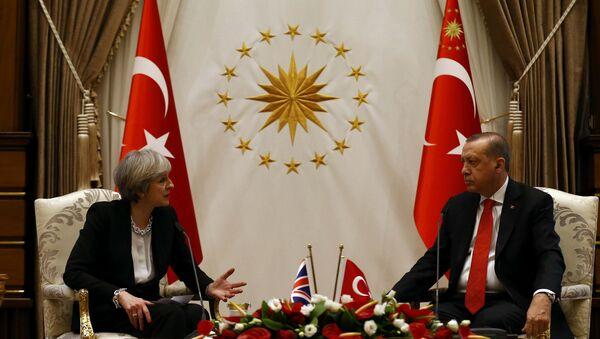 Cumhurbaşkanı Recep Tayyip Erdoğan- İngiltere Başbakanı Theresa May - Sputnik Türkiye