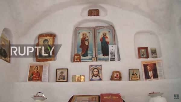 Sibirya'nın Omsk köyünde inşa edilen kardan Ortodoks kilisesi - Sputnik Türkiye