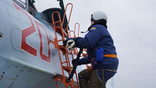 Krımsk kentindeki elemelere katılan pilot, antrenman için Su-30SM avcı uçağına biniyor. - Sputnik Türkiye