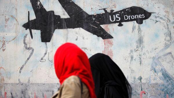 Yemen'de kadınlar drone çizimlerine bakıyor - Sputnik Türkiye