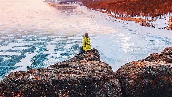 Kışın Baykal Gölü Angara Nehri'nin doğduğu yerinde bulunan uzunluğu 15—20 km olan bölgeden başka tamamen donuyor. - Sputnik Türkiye