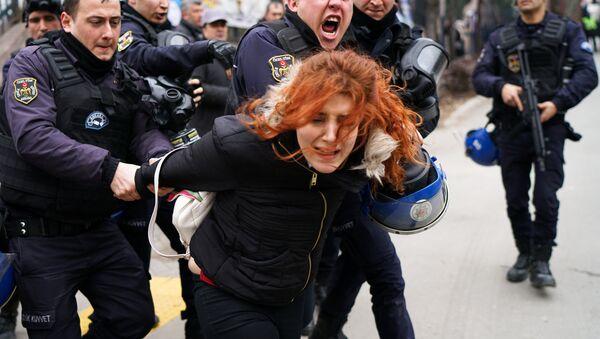 Polis Mülkiye'ye girmeye çalışan öğrenci ve akademisyenleri gözaltına aldı - Sputnik Türkiye