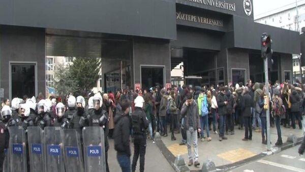 Marmara Üniversitesi önünde akademisyenlerin ihracını protesto eden gruba, ülkücü grup saldırdı - Sputnik Türkiye