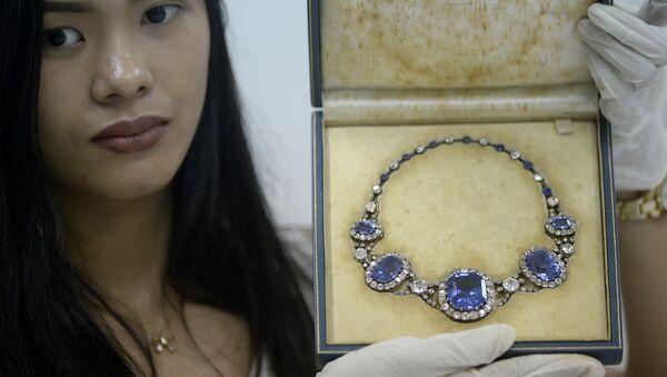 Filipinler diktatörü Ferdinand Marcos'un eşi Imelda Marcos'un el konulan mücevherlerinden biri - Sputnik Türkiye